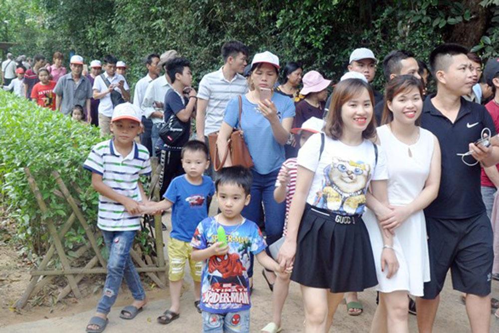 Hàng trăm ngàn người xuống biển miền Trung giải nhiệt, lên núi hẹn hò