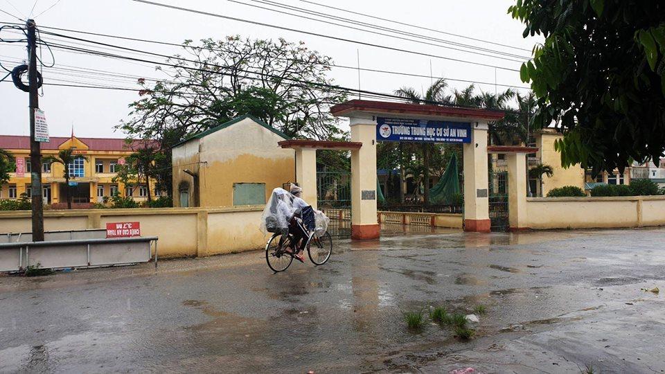 Học sinh đội mưa đi học ngày toàn quốc nghỉ lễ