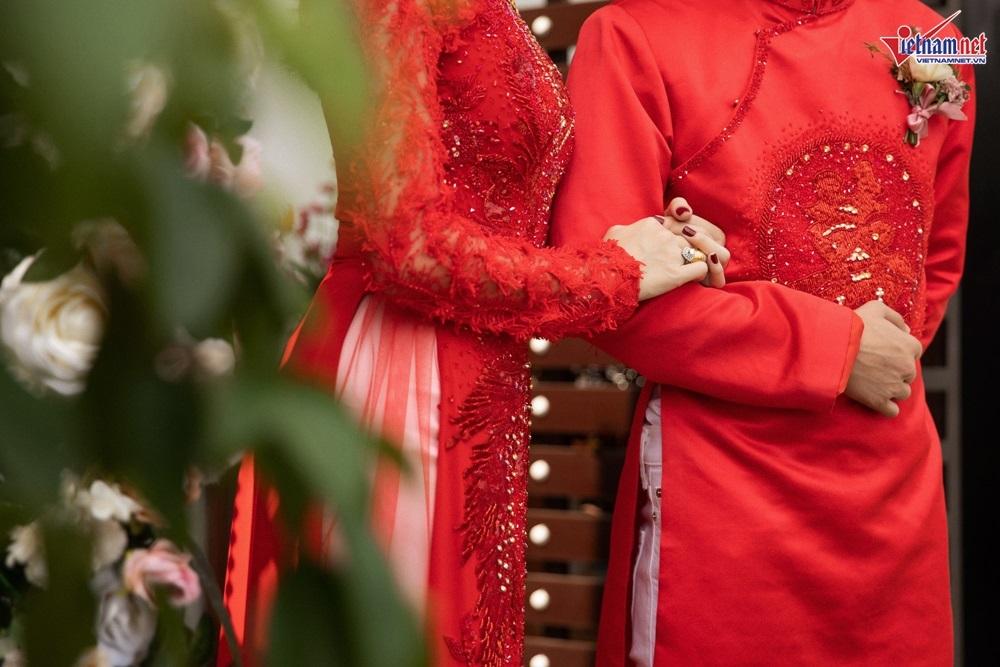 Lê Hà diện áo dài đính 5000 viên pha lê trong lễ rước dâu