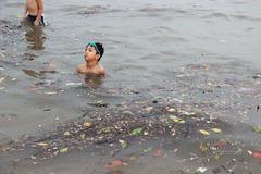 Bãi tắm Hạ Long rác đủ loại lềnh phềnh, trẻ nhỏ hồn nhiên ngụp lặn