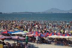 Biển Vũng Tàu đông nghịt người, nhiều trẻ lạc cha mẹ