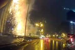 Chập điện, tia lửa bắn như pháo hoa sau mưa ở Hà Nội