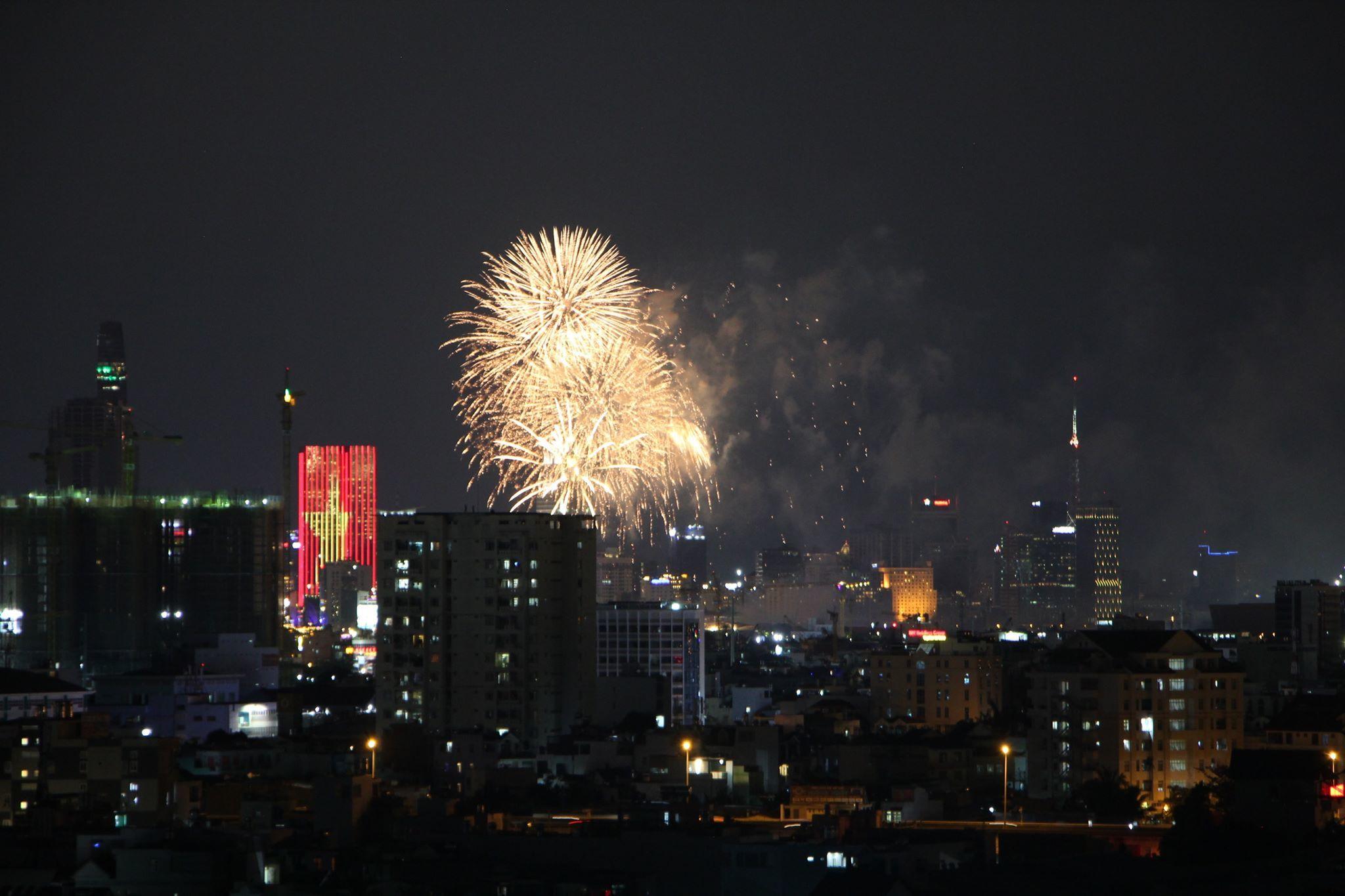 Mãn nhãn với pháo hoa rực sáng Sài Gòn đêm 30/4