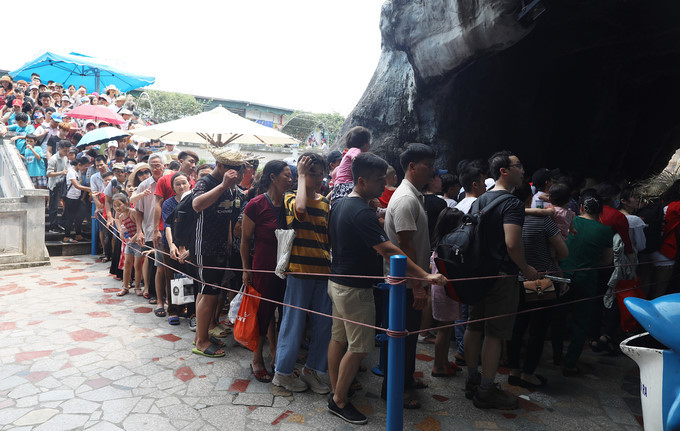 Crowds descend on entertainment areas nationwide for national holidays