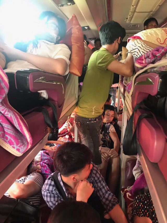 Bus passengers suffer from overloading during holiday