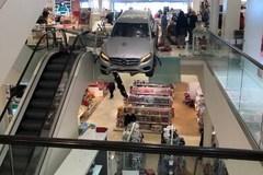 Ôtô 'bay' vào trung tâm mua sắm, 9 người bị thương