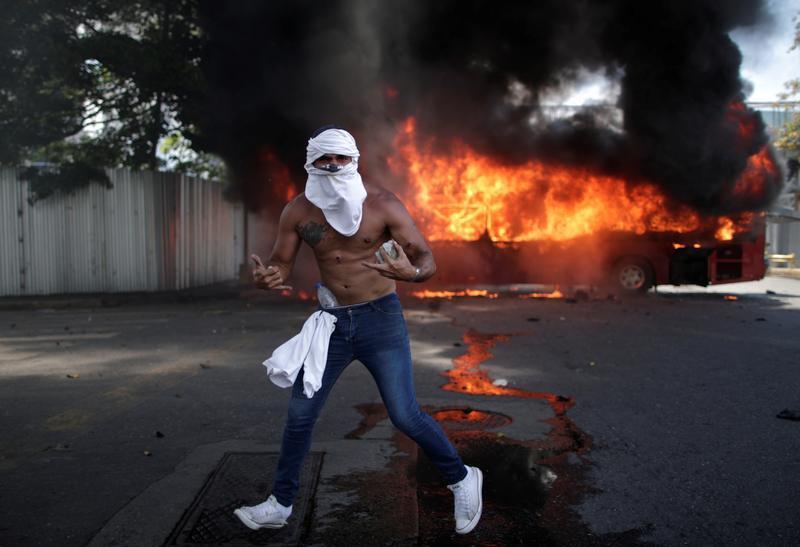 Đụng độ ở Venezuela, hàng chục người bị thương