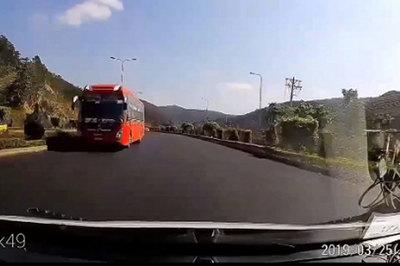 Rợn người xe khách chạy ngược chiều trên quốc lộ 1A