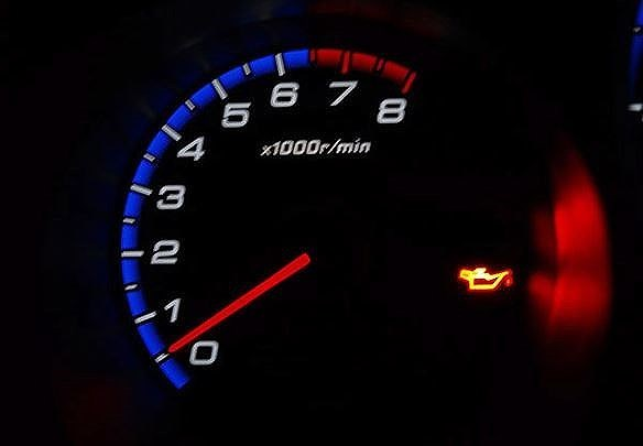 Đèn báo nhớt ô tô sáng cảnh báo điều gì?