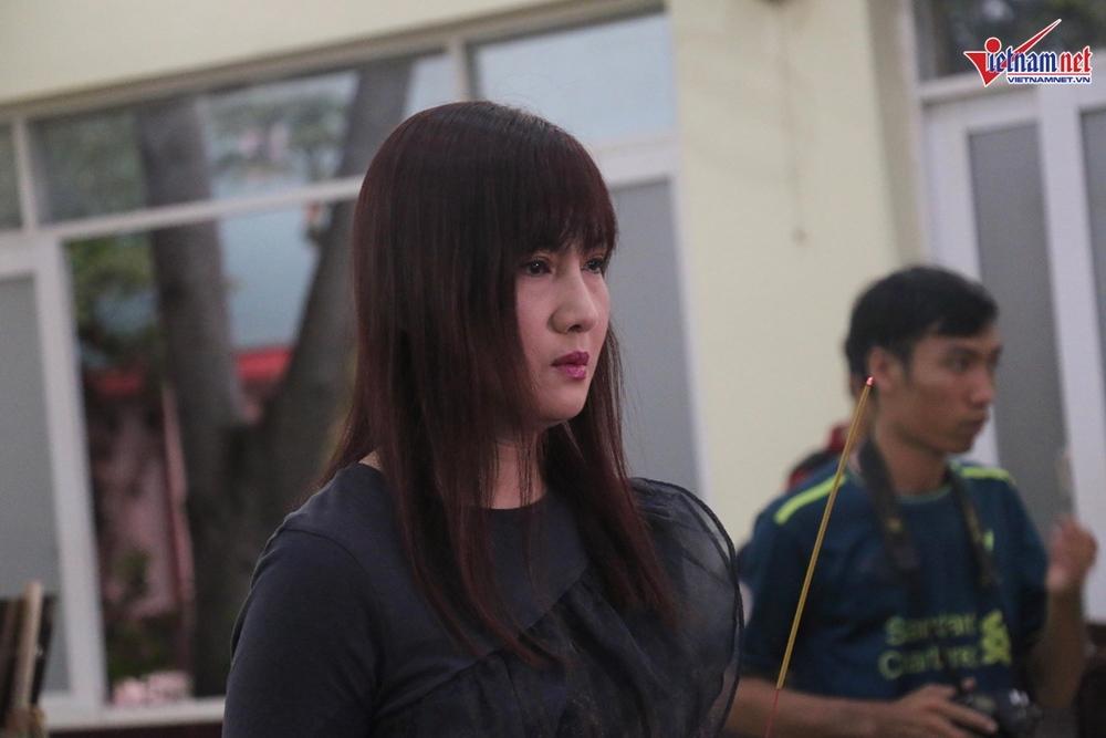 Ốc Thanh Vân, Mỹ Uyên nức nở khi viếng nghệ sĩ Lê Bình