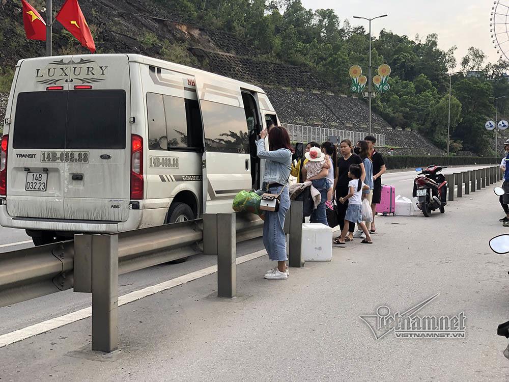 Tháo dải phân cách, xe khách ngang nhiên đón người trên cầu Bãi Cháy