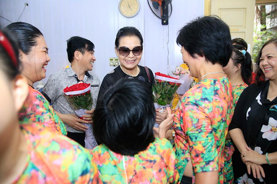 Khánh Ly xúc động khi trẻ khuyết tật thuộc bài hát của Trịnh Công Sơn