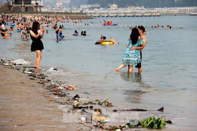 Rubbish-covered beach in Ha Long crowded on holiday