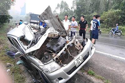 Xe bán tải bị đâm nát tươm, tài xế chết tức tưởi trong cabin