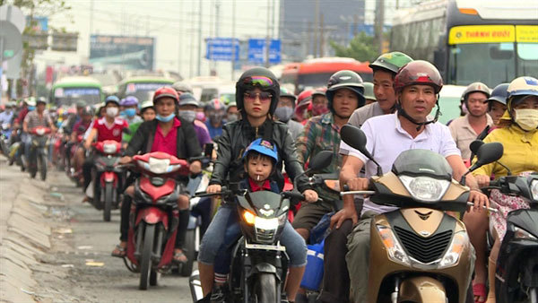 Heavy holiday traffic blocks highways into Hanoi, HCM City