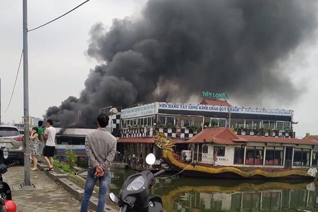 Cháy nhà hàng nổi ở Hồ Tây, cột khói đen kịt