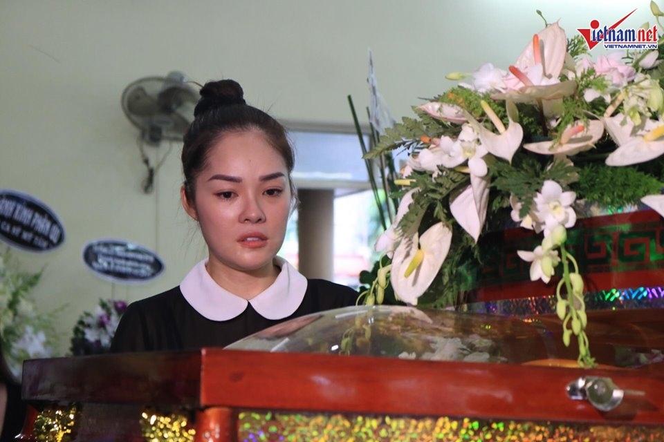 Con gái nghệ sĩ Lê Bình kiệt sức, mắt đỏ hoe chịu tang cha