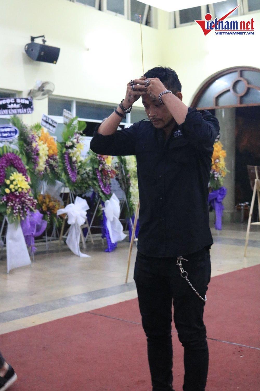 Nhiều sao Việt đến viếng nghệ sĩ Lê Bình bất chấp trời mưa lớn