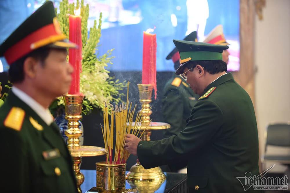 Nguyên Bộ trưởng chống gậy tiễn đưa Đại tướng Lê Đức Anh