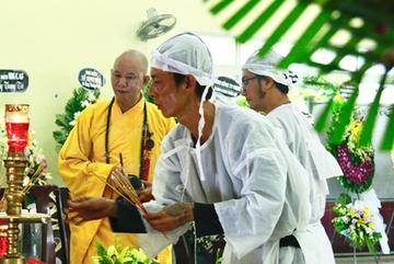 Hình ảnh hiếm hoi của người con trai thứ 2 nhà cố nghệ sĩ Lê Bình, không nói chuyện với ai ngồi bần thần lặng lẽ bên linh cữu cha