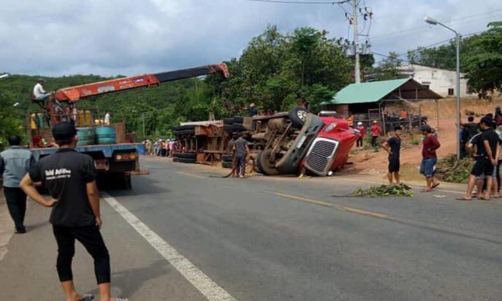 Xe container lật ở Bình Phước, đè chết 2 người đi đường