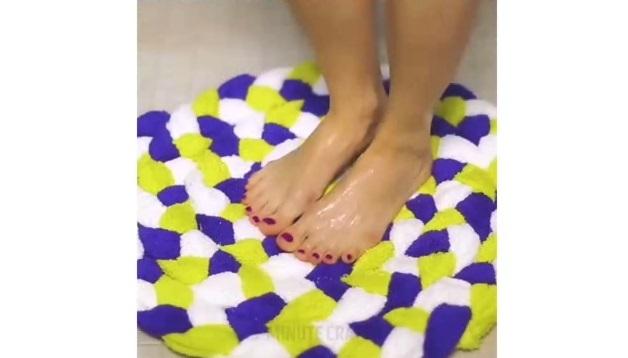 Cách làm thảm chân siêu xinh từ khăn mặt cũ