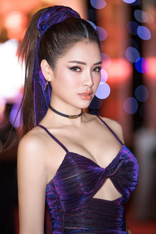 'Ca sĩ An Giang chỉ yêu ai kiếm 100 triệu/tháng' mặc bikini ra phố vì trời nóng?