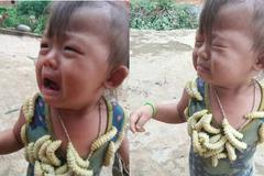 Biểu cảm của em bé khi bị lũ tằm bò lên người gây sốt MXH hôm nay, câu chuyện phía sau gây tranh cãi dữ dội