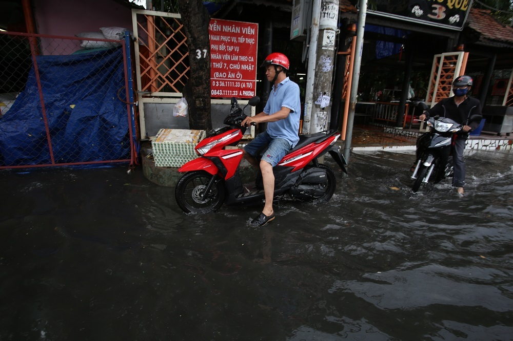 Mưa sầm sập hơn 30 phút ở Sài Gòn, đường lại thành sông