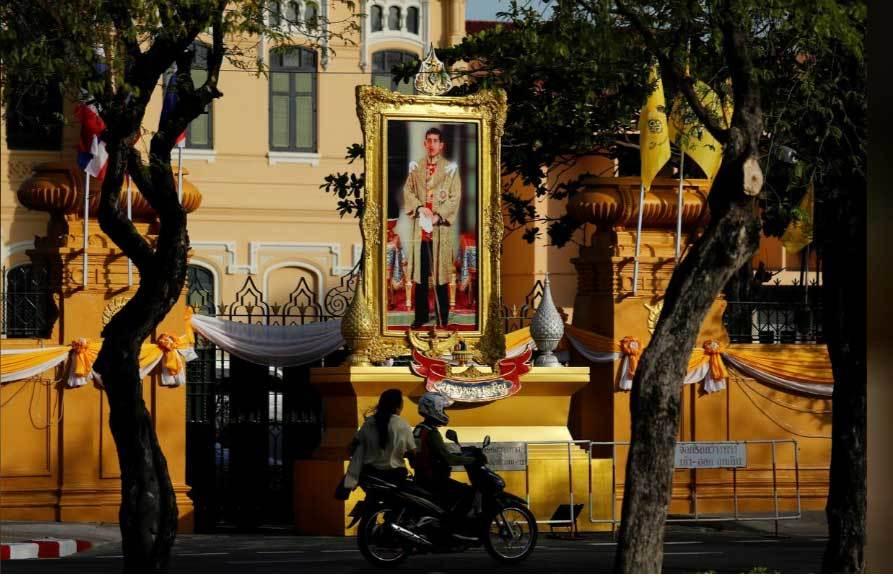 Xem rước bảo vật trước lễ đăng cơ của Vua Thái Lan