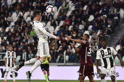 Ronaldo ghi bàn giải cứu Juventus