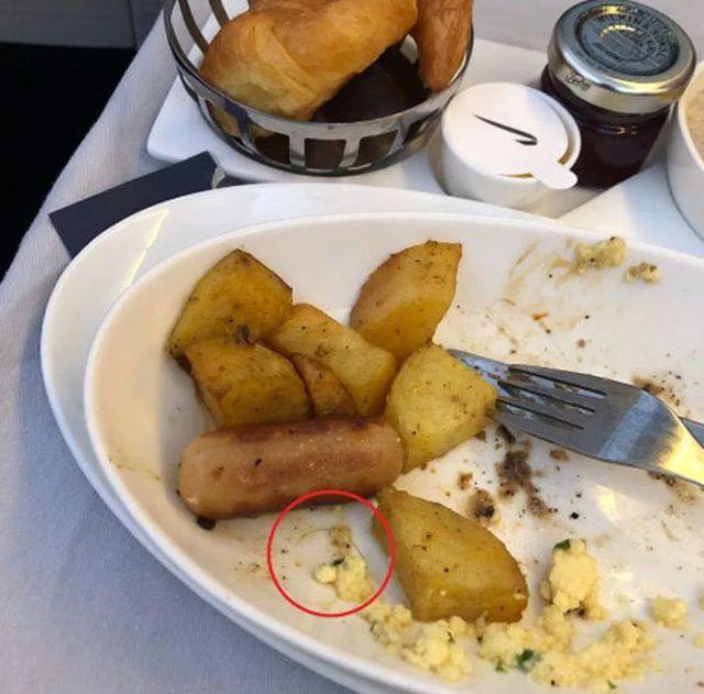 Mua vé hạng thương gia, lên máy bay phải ngồi ghế bẩn, đồ ăn dính đầy tóc