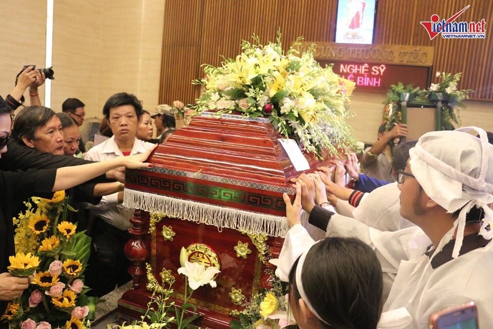 Con gái khóc sưng mắt đưa linh cữu nghệ sĩ Lê Bình đi hỏa táng