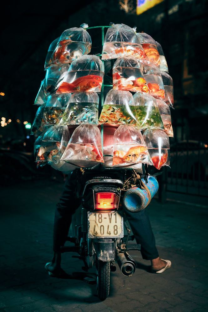 Xe máy chở hàng cồng kềnh ở Hà Nội gây sốt trên báo quốc tế