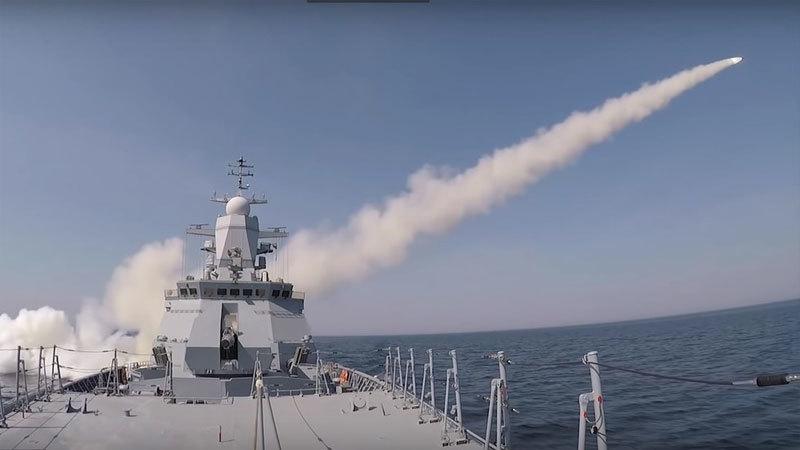 Tàu chiến Nga phóng tên lửa vun vút bắn nát mục tiêu