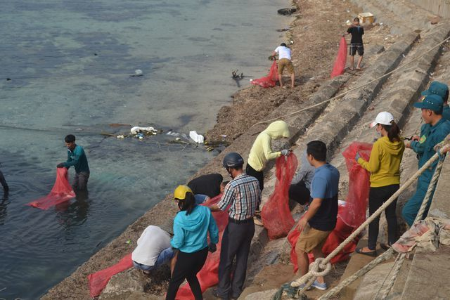Hundreds of people gather litter on Ly Son Island