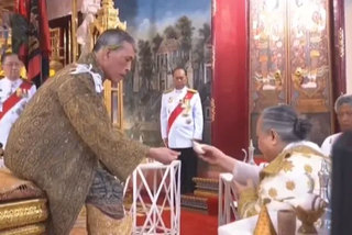 Hình ảnh Vua Thái Lan thực hiện nghi thức Quán đỉnh