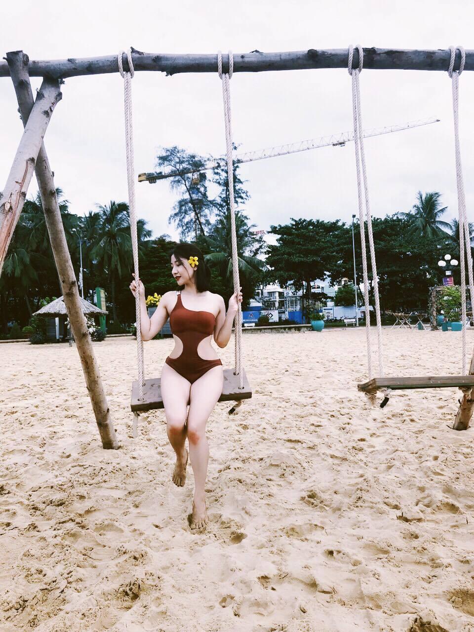 Hot girl Thanh Hóa khoe thân hình nóng bỏng bên bờ biển