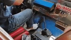 Tài nghệ sang số bằng chân của tài xế Philippines gây sốt