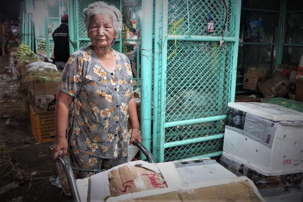 Cụ bà nổi tiếng ở chợ Thủ Đức: 75 tuổi đẩy cả tấn hàng mỗi đêm