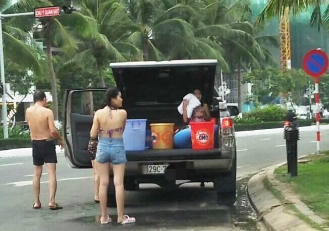 Cả nhà thản nhiên đỗ ô tô, tắm táp trên đường phố Đà Nẵng