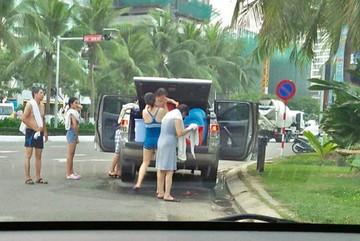 Gia đình thản nhiên đỗ ô tô, tắm tráng giữa đường tại Đà Nẵng