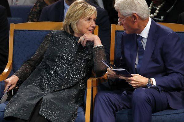 Lo 'ế khách' xem diễn thuyết, vợ chồng Bill Clinton hạ giá sốc