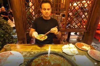 Khách Tây thở hổn hển khi ăn thử lẩu cay ở Trung Quốc