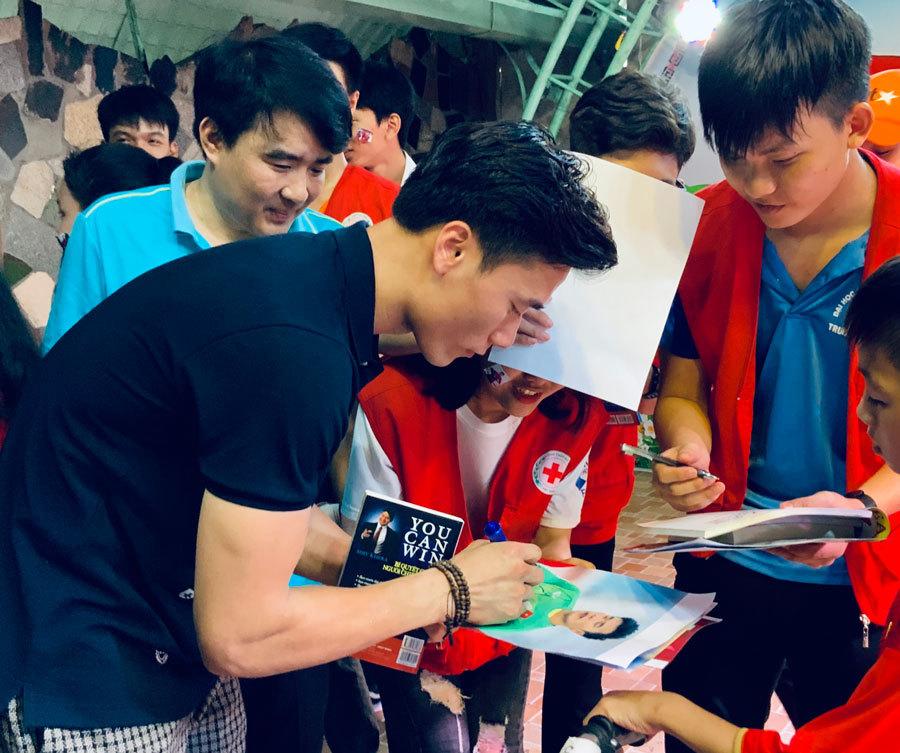 Quang Hải, Bùi Tiến Dũng trao sách cho các em mồ côi