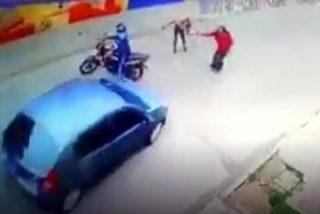 Hành động không ngờ của tài xế xe hơi khi thấy phụ nữ bị cướp