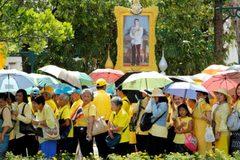 """Người Thái xếp hàng dài, """"xí chỗ"""" đẹp chờ xem lễ rước tân vương"""