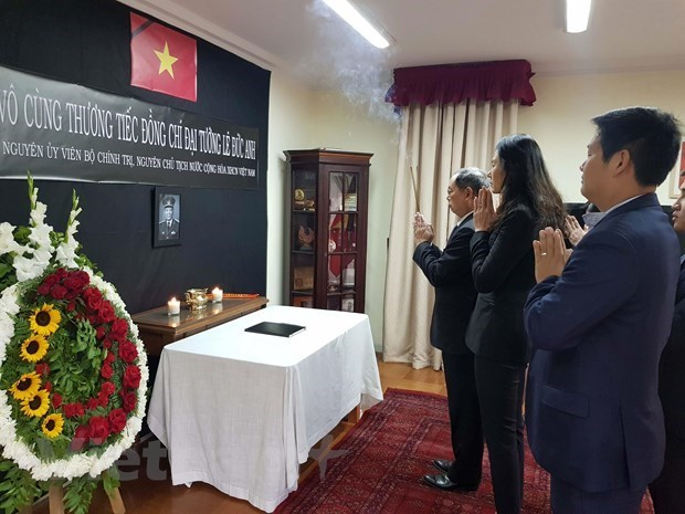 Over 1,000 delegations pay homage to former President Le Duc Anh