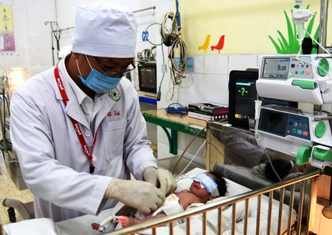 Em bé vừa sinh ra bị hở thành bụng hiếm gặp