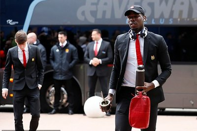 Pogba ở lại MU, Dani Alves giảm lương ký Arsenal